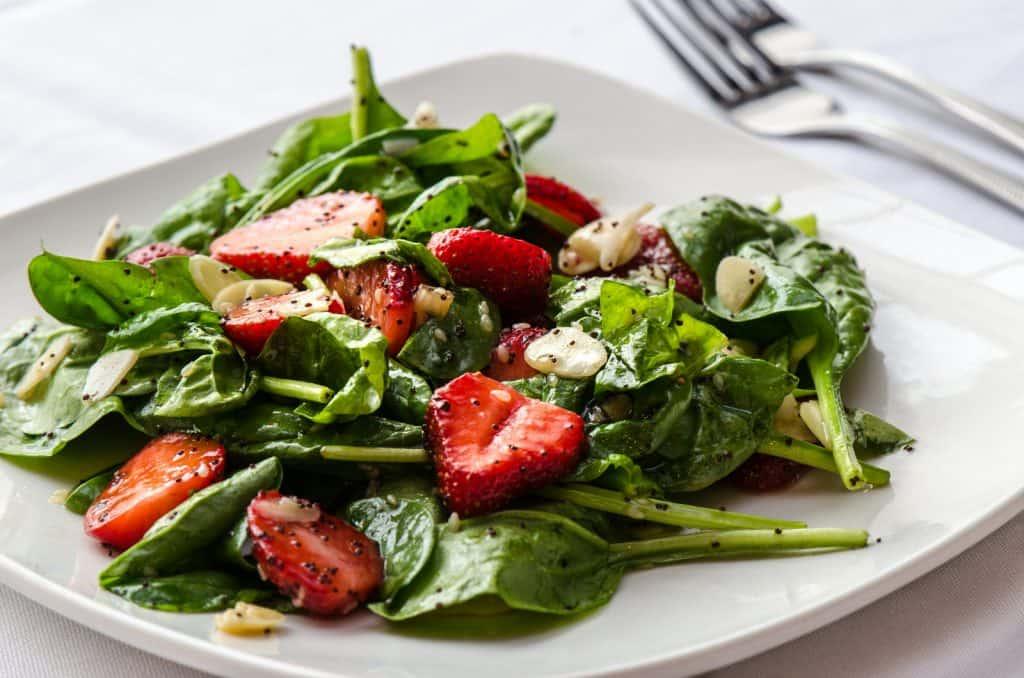 Salade épinard, fraises, amande, pavot